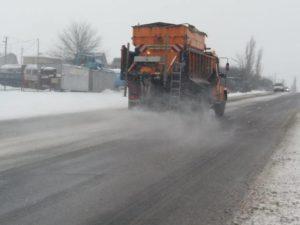 В Одесской области дороги обработали противогололедным средством